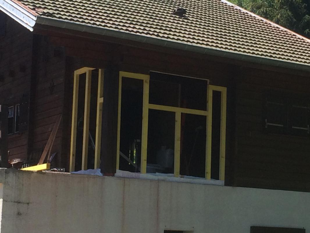 Montage de l'ossature bois sur la terrasse.